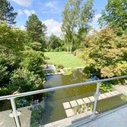 Blick vom Westbalkon in den Traumgarten mit Teich